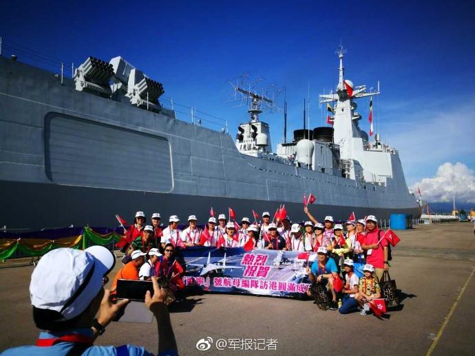 辽宁舰即将离港 香港市民自发欢送 (组图)
