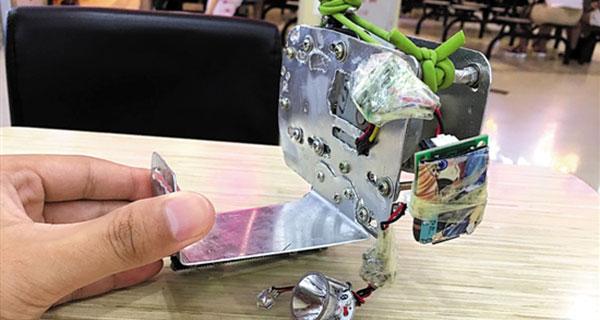 大学生发明鞋套充电宝 走路也可给手机充上电