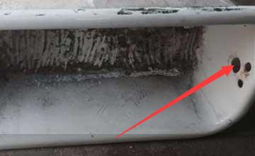 建筑工捡回又脏又旧浴缸 切开一半竟变成惊喜大礼