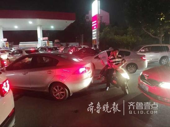 听闻要涨价 济南众多车辆排队加油