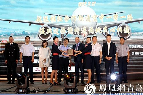"""航运枢纽及双边旅游合作活动现场 青岛和奥克兰都是海上港口城市,也是帆船运动的核心城市,更是友好姐妹城市。作为21世纪海上丝绸之路的重要节点城市,两地的机场更承担着联通""""空中一带一路""""的伟大使命,中国东方航空公司值此之际,推出了青岛上海奥克兰三地联运产品,也将大大降低人们的出行费用。 本次航运枢纽及双边旅游合作活动还得到了青岛市体育局、青岛市帆船运动管理中心、青岛市旅游集团、青岛香格里拉大酒店的大力支持,免费品尝新西兰葡萄酒欣赏两地风光的同时有机会登上帆船体验海上运动,感受青岛作为"""