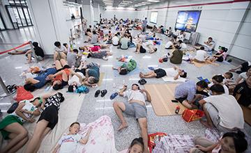 杭州:大批纳凉族涌入地铁站