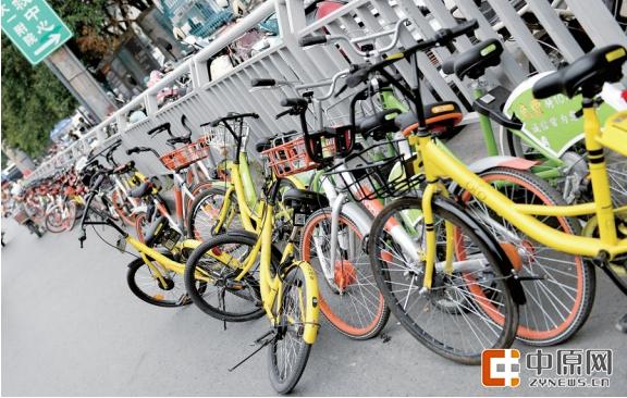 """7月27日,郑州市管理部门将对共享单车数量进行控制,要求各单车企业维持现状,暂停在郑州市增量投放单车。目前郑州共享单车投放量为39万辆,其中摩拜单车(红色)所占份额最大,为20万辆;其次是OFO单车(黄色),为13万辆;最少的是酷骑单车(绿色),投放6万辆。 不可否认,单车给市民出行带来了便利,""""解决了出行最后一公里""""的难题,可是大街小巷随意停放的单车也给交通带来困扰。据官方透露,共享单车存在的问题主要体现在:车辆乱停乱放、车辆运营维护不到位、企业主体责任不落实、用户资金和信息安"""