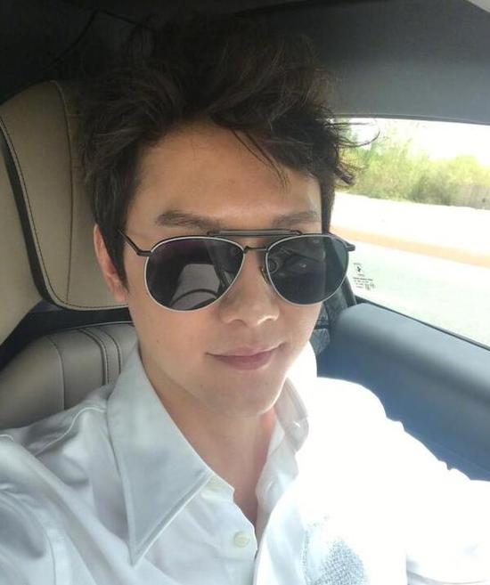 冯绍峰沙漠开车吹出新发型 迷之凌乱仍帅酷有型
