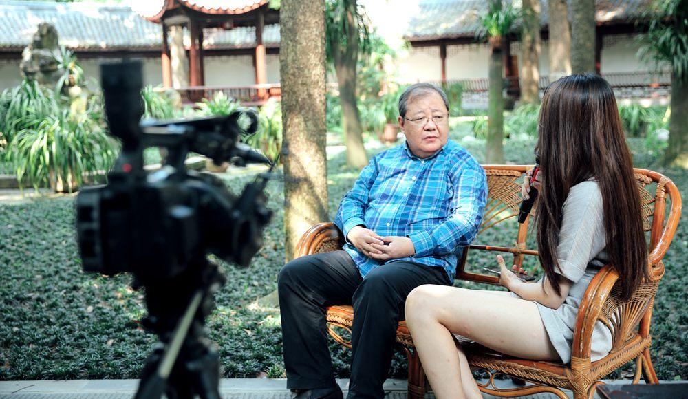 中国作家协会副主席吉狄马加参观草堂收藏