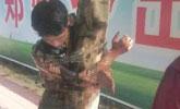 婚礼陋习:新郎被绑树上 扔鸡蛋倒酱油