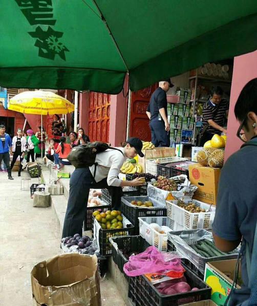 家庭主妇既视感!素颜和陈翔逛菜市场买菜
