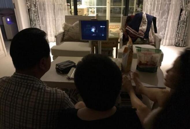 伊能静和公婆一起看电视,脚放的位置亮了(图)