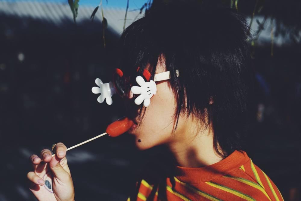 好友微博 照片中,窦靖童吃烤肠戴儿童版眼镜,显得萌萌的,十分可爱.