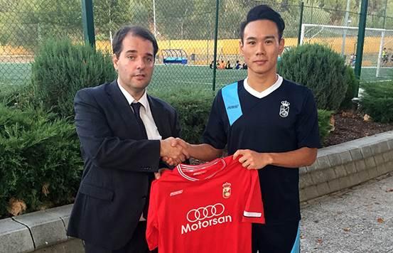 20岁中国小将正式加盟西丙球队 边上大学边踢球