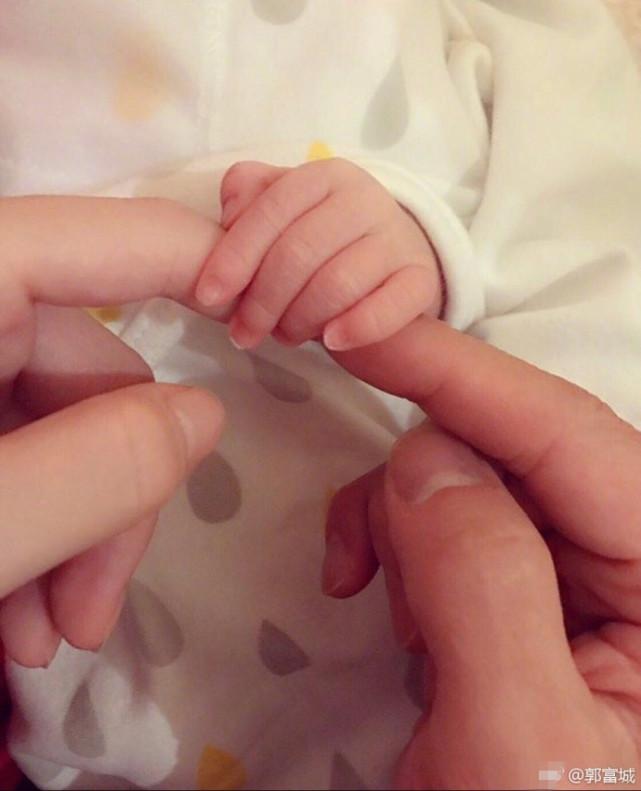 郭富城终于宣布当爸爸!首晒宝宝的可爱小手(图)