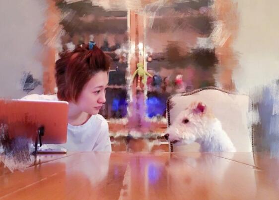 李小冉晒与爱犬亲吻照 未见祝贺谢娜怀孕引不和传闻