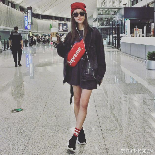 萧亚轩机场摆pose造型酷炫 黑超配长腿摩登范儿十足