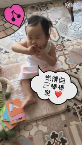 伊能静教女儿识卡片 网友:小米粒是吃可爱长大的