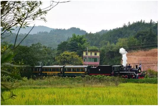 """据了解,赣南森林小火车是目前世界上保存得最完好的小蒸汽车和窄轨线路之一""""堪称""""世界级旅游珍品"""",马上国庆就要到了,赣州市民们可带着家人朋友一起坐上这辆换颜了的小火车,沿路这条充满乡土气息的小铁路一起驶进童话般的绿野仙踪,让你远离城市的喧嚣,来一场心与大自然的甜蜜旅行。"""