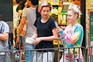 吴卓林与外籍同性友人十指相扣 逛街买日用品(图)