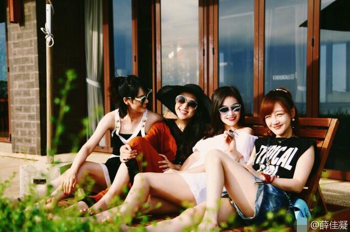 薛佳凝与闺蜜团海边度假 个个肤白貌美甜笑动人