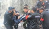 壶口瀑布一游客翻越防护栏 坠落到岩石上获救