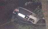 男子开车挂悬崖边 死踩刹车一小时获救