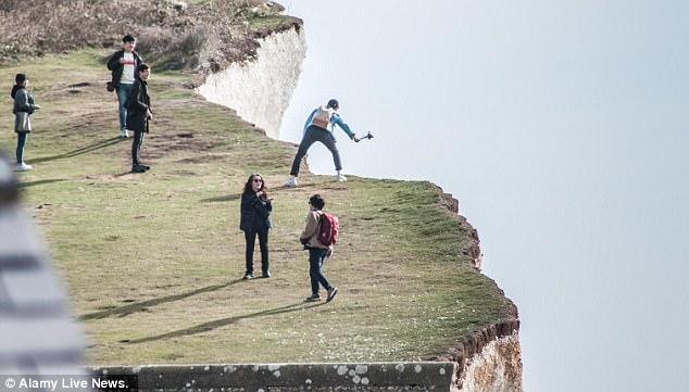 韩国女子为拍照在悬崖边大跳 摔下悬崖身亡
