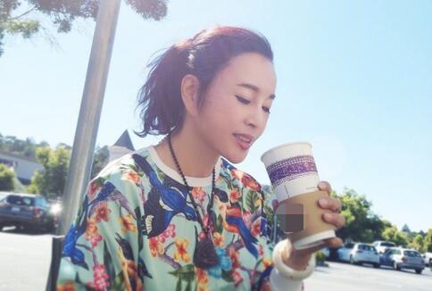 刘晓庆晒惬意生活 阳光下手捧咖啡:重要的是态度
