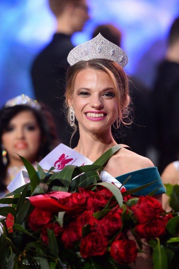 首届世界轮椅小姐选美比赛举行 23岁白俄女大生摘后冠