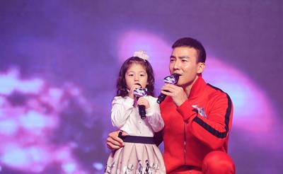 小泡芙与爸爸同台演唱