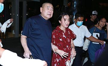 刘銮雄搀扶小28岁三胎妻子现身