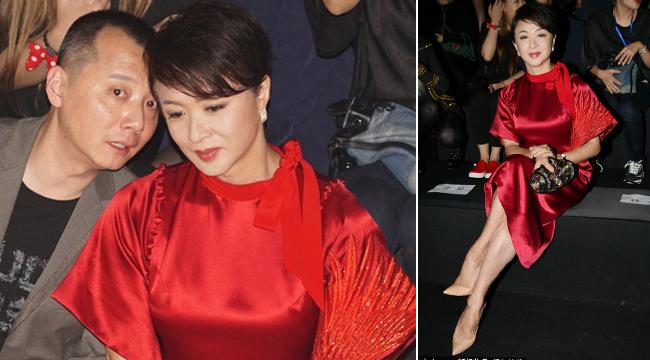 金星穿艳丽红裙雍容华贵 与男性友人秀场热聊