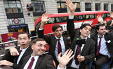 """伦敦街头出现一群""""憨豆先生"""""""