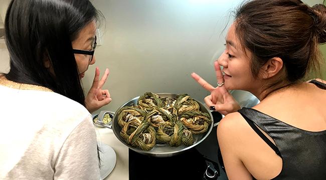安以轩回娘家吃大闸蟹 超大钻戒抢镜