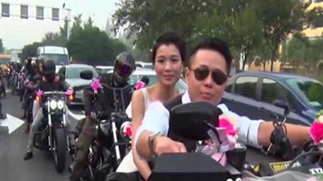摩托车迷用哈雷作为迎亲车队
