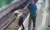 实拍外籍男子将港铁女职员推下站台 头也不回离开