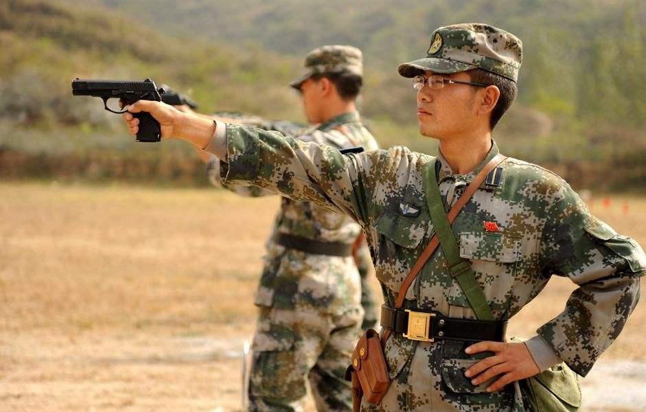 凤凰军机处第132期 该不该给每个解放军战斗兵配手枪?
