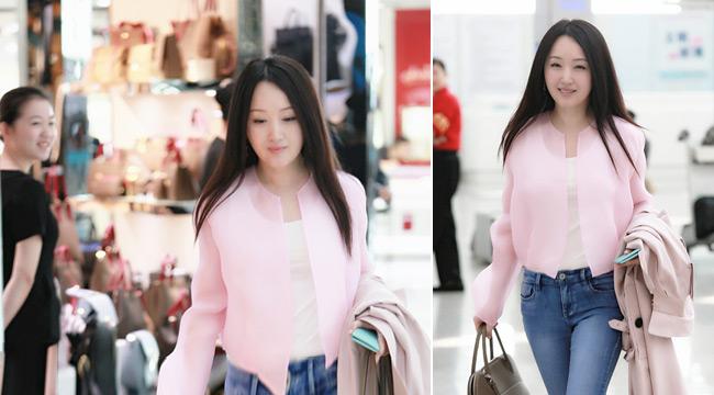 46的杨钰莹穿粉衣现身少女感十足 笑容甜美