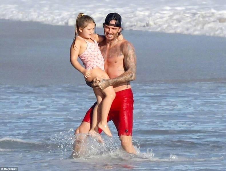 贝克汉姆带娃海边玩耍
