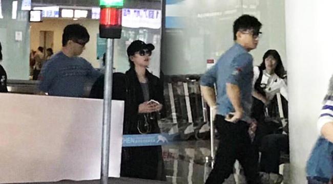 吴奇隆刘诗诗现身机场 粉丝求合影遭婉拒