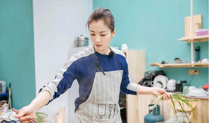 刘涛深夜放毒小厨房开张 网友直呼:看饿了!