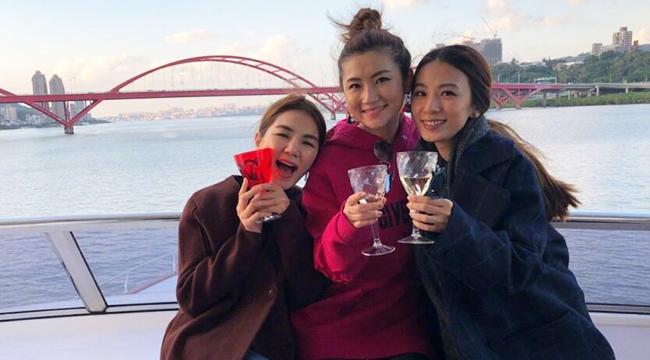 幸福!S·H·E姐妹合体 为Selina海边庆生