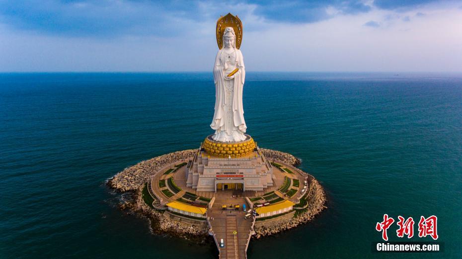 2017年10月25日,航拍海南三亚南山景区108米海上观音像,这座观音圣像