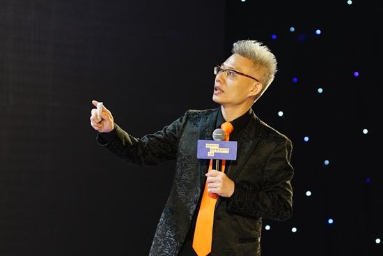 """深圳市室内设计师协会会,HHD香港假日东方酒店设计公司董事长洪忠轩先生发表演讲 作为粤港澳大湾区的核心城市,深圳也是首批被联合国授予""""设计之都""""的中国城市,是国际社会了解并进军中国设计的窗口。WAD2017世界青年设计师大会在深圳的举办,为青年设计师提供了分享交流的场域,通过设计各相关方不同视角的对话,探讨中外设计的互补与合作,为湾区建设提供青年智慧,让设计实现更多社会价值,改变生活与城市、改变产业与未来。"""