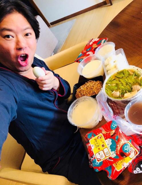 高晓松晒自拍与美食:吃完早点再眯一会儿