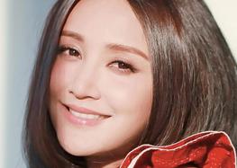 """张歆艺与小朋友合影 变""""孩子控""""两人互动超有趣"""
