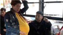 男子为孕妇让座 孕妇坐下后发生尴尬一幕