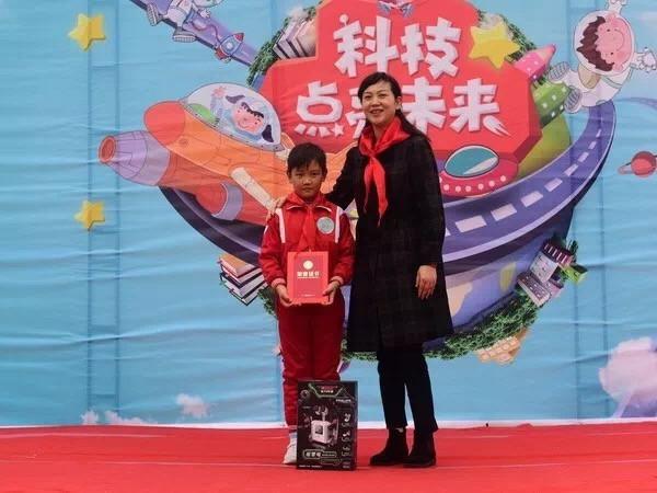 秘书长王班玲与小小发明家湖北站第二名合影-中英人寿湖北分公司持图片