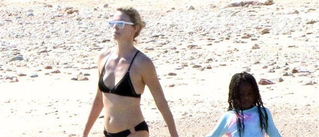 影后塞隆带养子养女海边度假 穿泳衣身材逆天