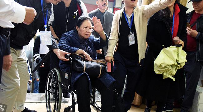 67岁斯琴高娃坐轮椅见影迷 旁人开道气场强