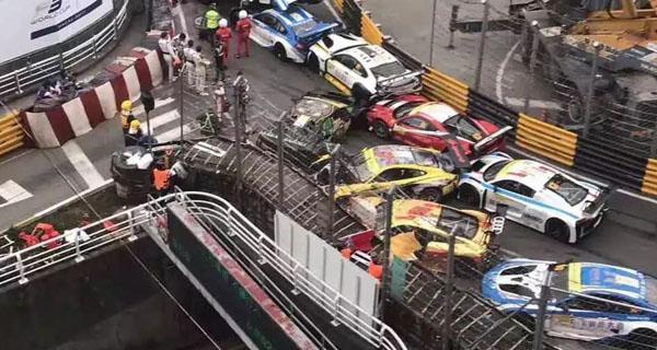 澳门惊现史上最贵车祸 10秒钟10多辆车追尾 一个转弯上亿元没了!