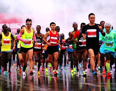 瑞金国际半程马拉松雨中开跑 万人穿越