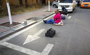 母子人肉占位、坐马路等3小时,因父亲停车难